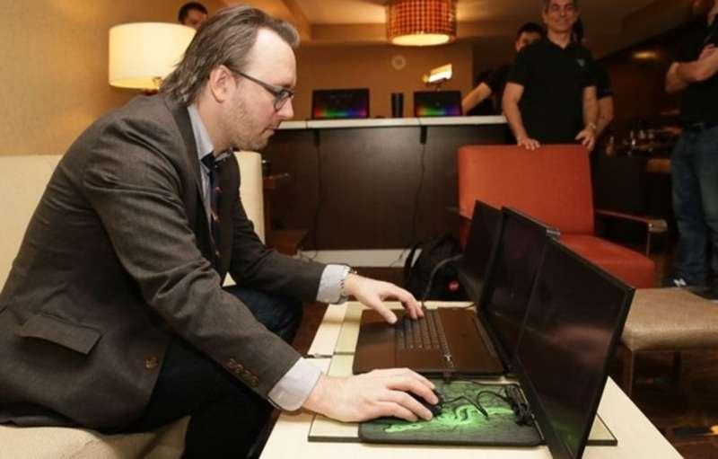 Показали перший ноутбук з трьома екранами