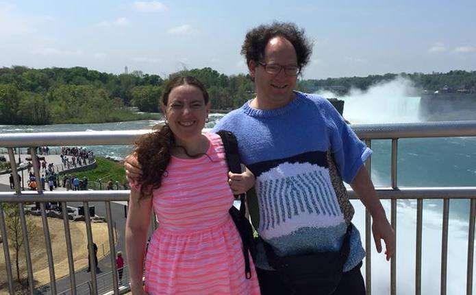 Чоловік, який зв'язав 103 светри, став зіркою Інтернету