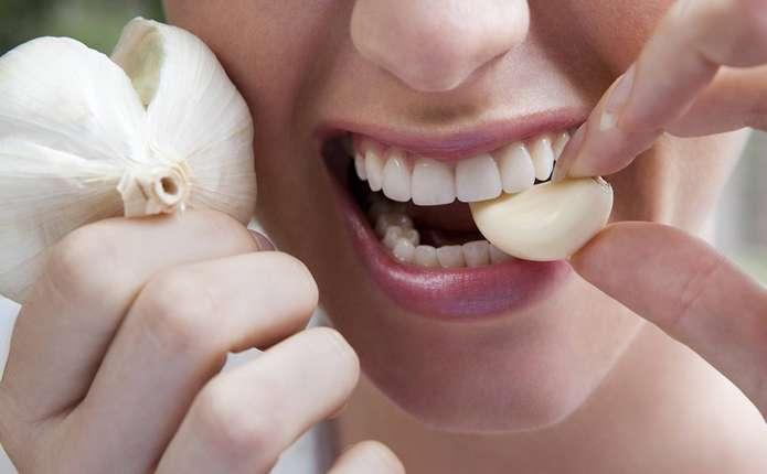 Як позбутися запаху від часника з рота