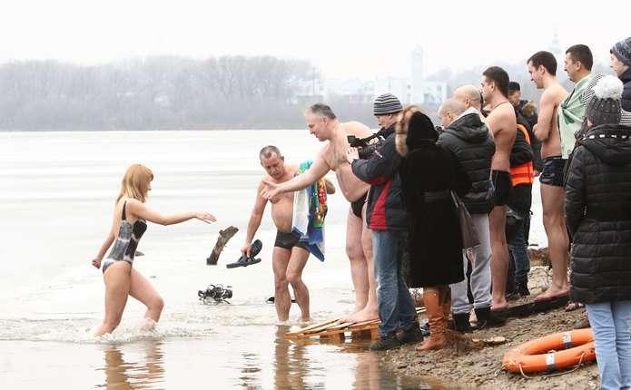 Чернівецька лікарка розповіла, кому не можна пірнати в ополонку на Водохреща