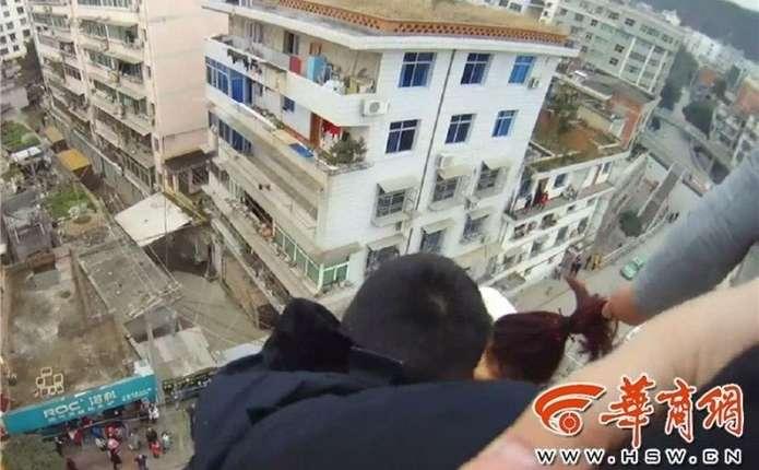 Китаєць врятував дружину у момент її стрибка з багатоповерхівки