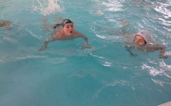 Мигівські школярі вчаться плавати в новозбудованому басейні
