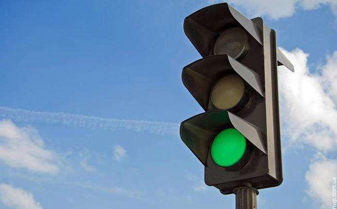 У Новоселиці відновили світлофор, збитий Мерседесом