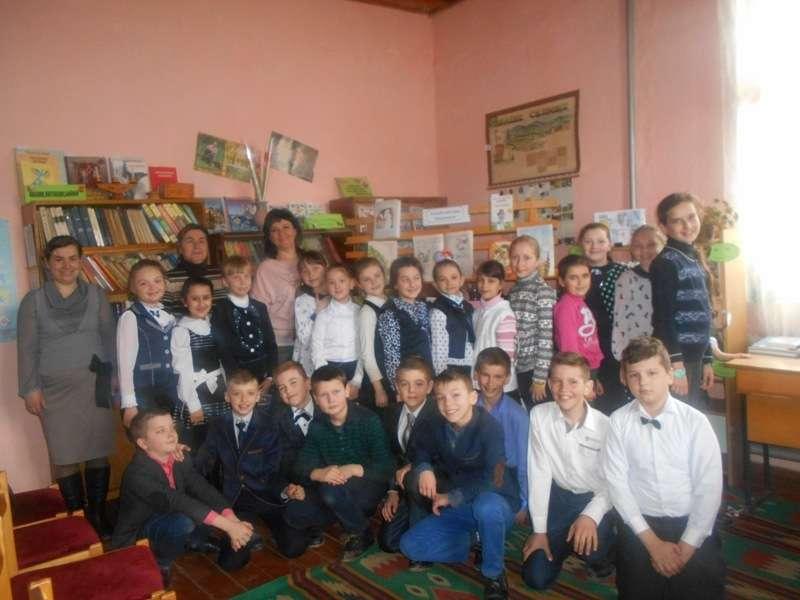 У Путилі діти привітали жінок зі святом