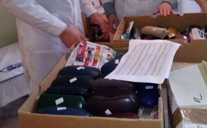 Німці та італійці передали Кіцманській лікарні портативний отоскоп та 5 коробок окулярів