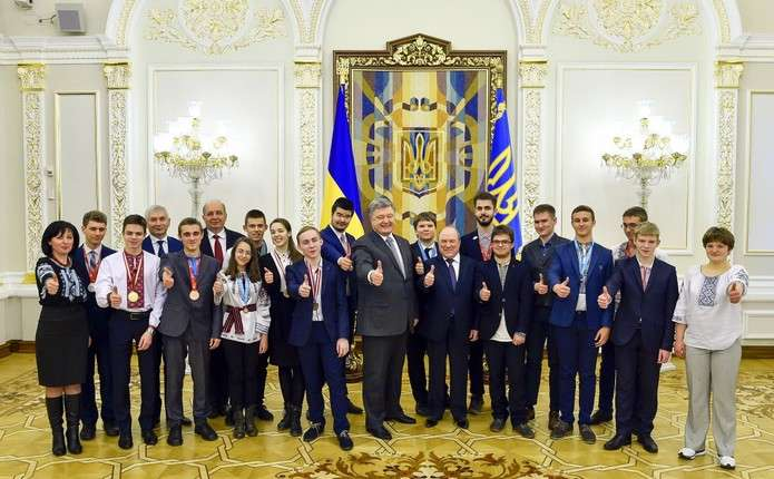 Порошенко зустрівся з переможцями міжнародних учнівських олімпіад