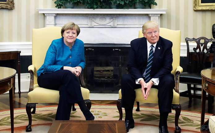 Трамп відмовився потиснути руку Меркель