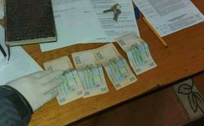 У Чернівецькій області спіймали підприємця, який намагався дати хабара поліцейському