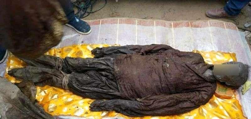 У Китаї відкопали дві кришталеві труни із муміями