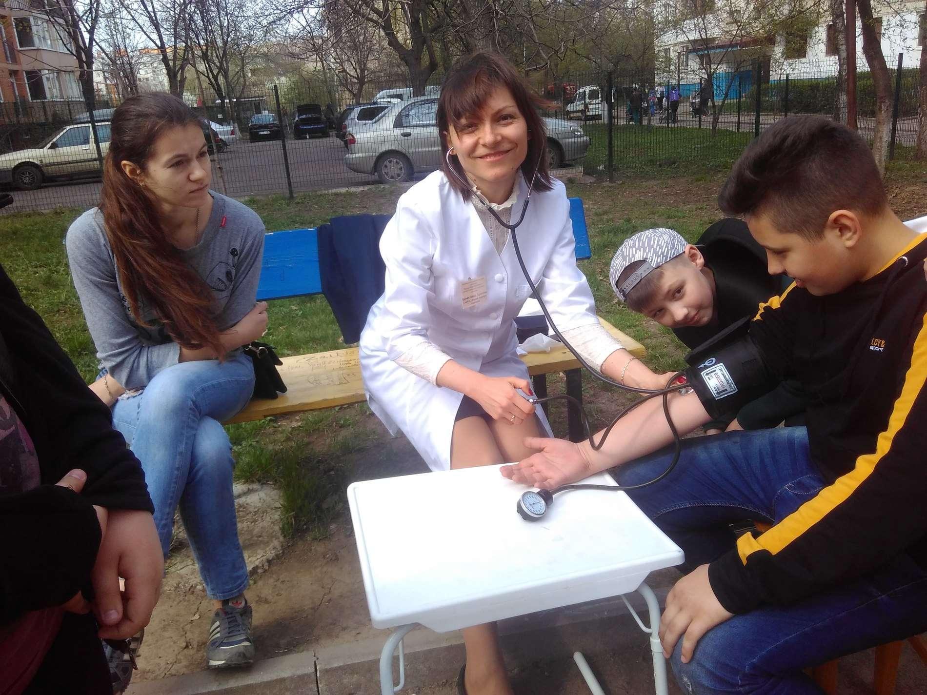 На бульварі Героїв Крут чернівчани радилися із лікарем-кардіологом