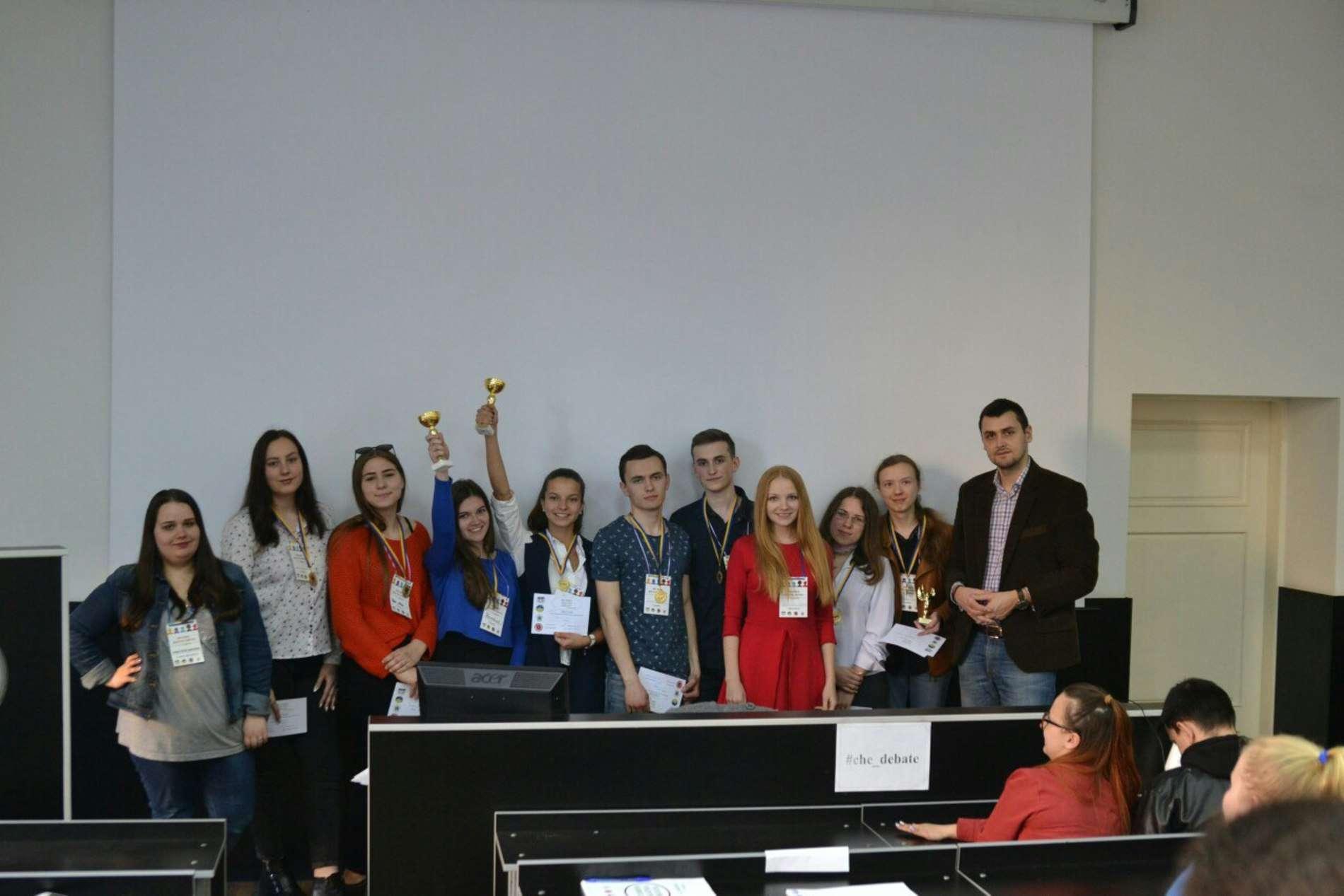 Студенти та школярі у Чернівцях взяли участь у Весняній дебатній школі