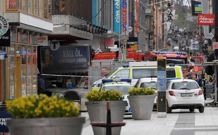 Теракт у центрі Стокгольма: вантажівка в'їхала у натовп людей