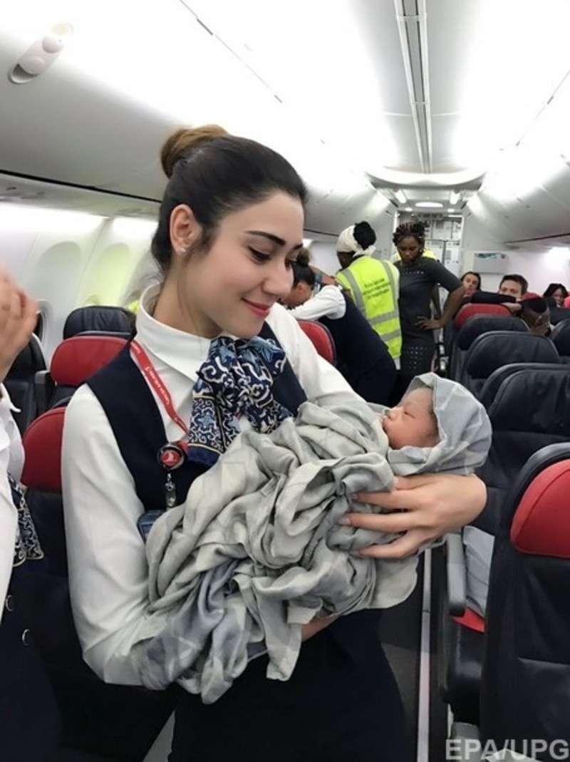 Екіпаж  Boeing 737 на висоті 12 800 метрів прийняв пологи