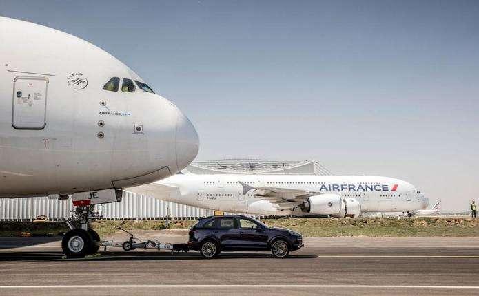 Кросовер Porsche Cayenne взяв на буксир гігантський авіалайнер