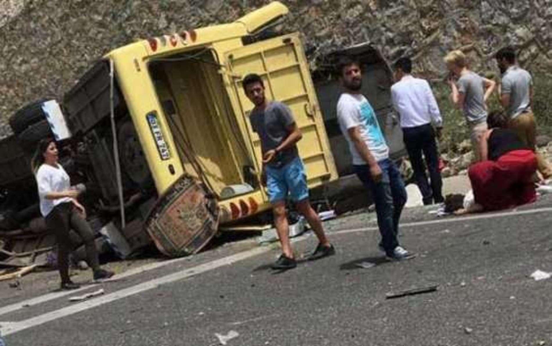 У Туреччині автобус з туристами зірвався у прірву, загинули 20 людей