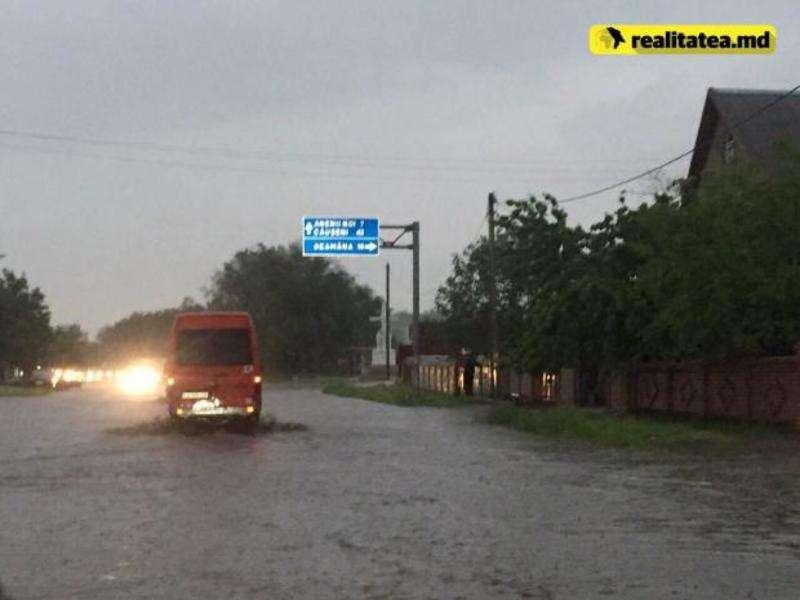У Молдові через рясні дощі зупинили рух поїздів