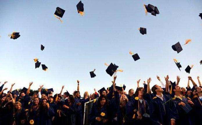 Випускнику мають вручити диплом