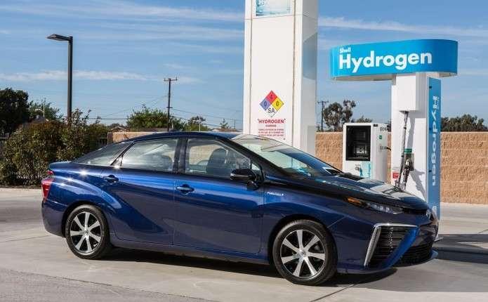 Концерн Toyota запустив в серію перший в світі автомобіль з водневим двигуном