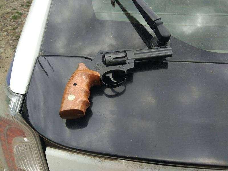 Поліція затримала у Чернівцях двох осіб з наркотиками і зброєю