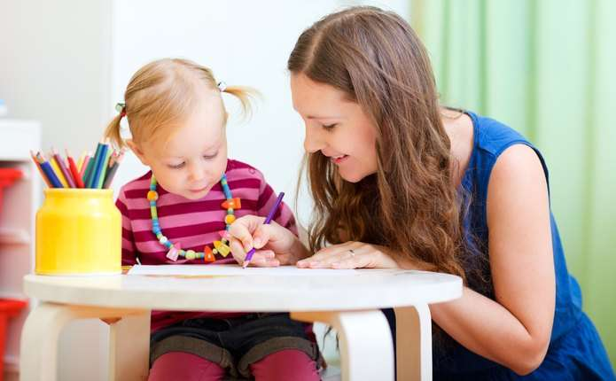Психотерапевт радить, як обрати няню для дитини
