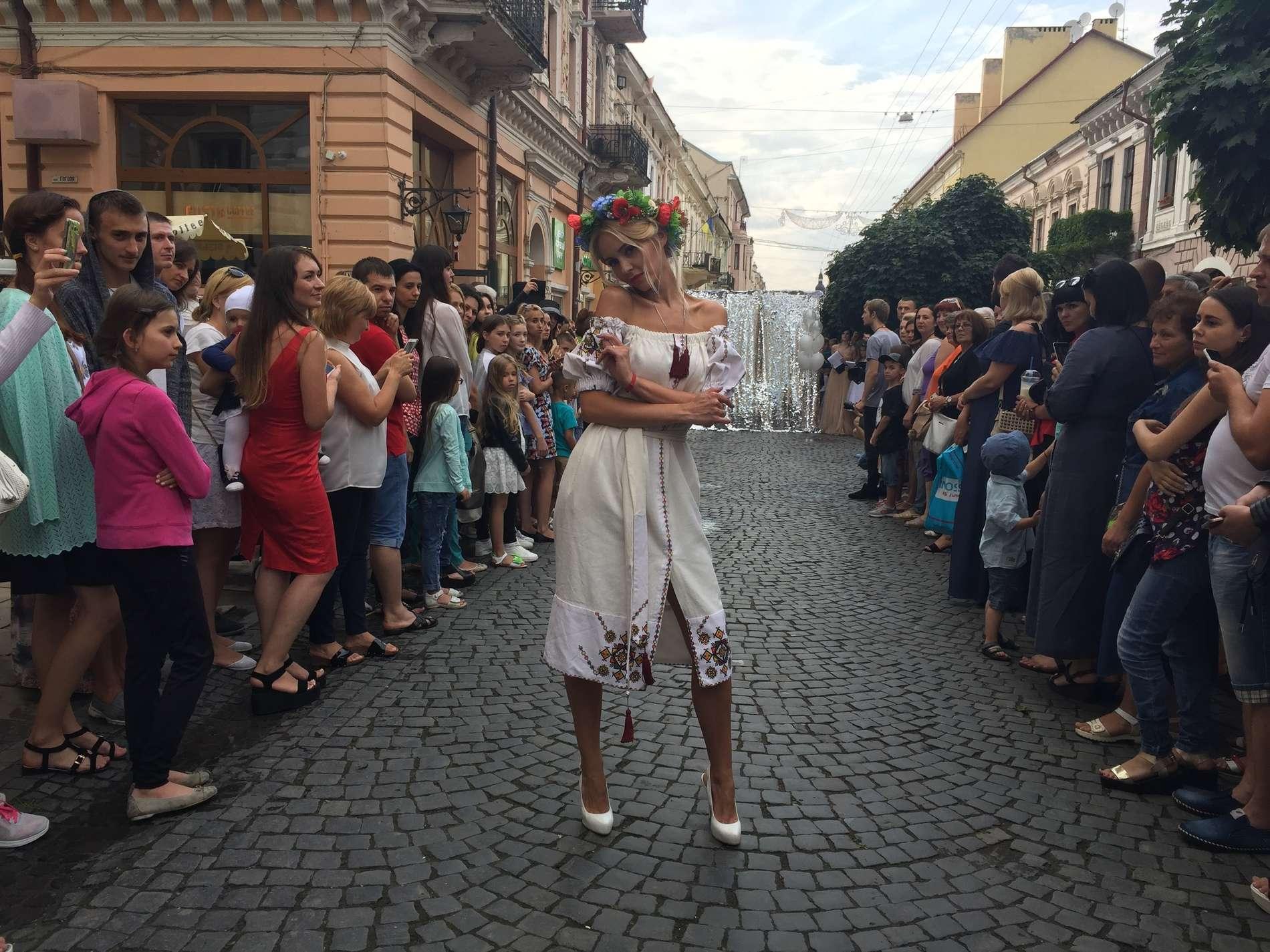 На вул. Кобилянської в Чернівцях дефілювали у вечірніх й весільних сукнях та білизні