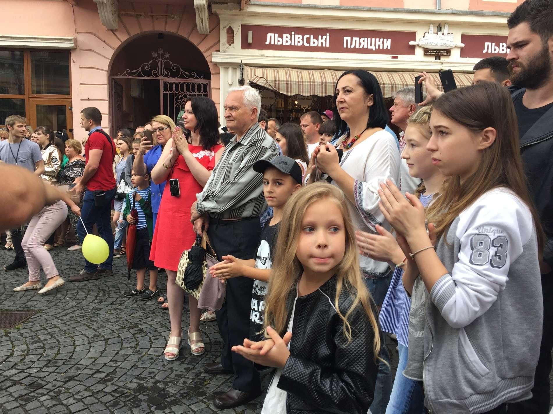 Принцеса на горошині та шкільні фешн-луки - діти дефілювали на вулиці Кобилянської