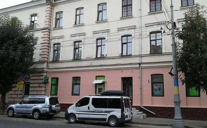 Чернівецькі фасади очищують від супутникових антен
