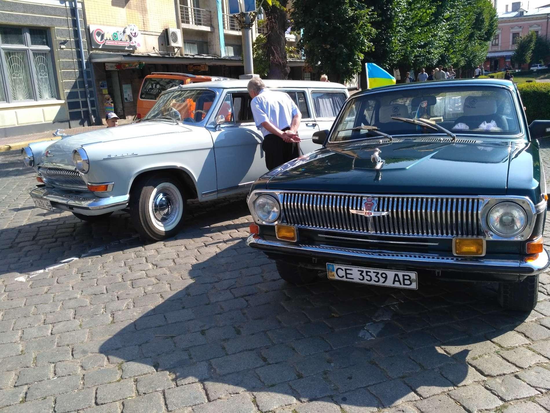 На Театральній площі Чернівців - виставка ретро автомобілів