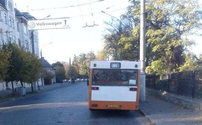 В Чернівцях водій маршрутки влаштував перегони з тролейбусом ... 8a5081838ad25