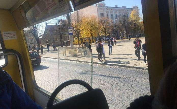 У Чернівцях маршрутка без вікна перевозить пасажирів - Погляд ... 40b60dd29ccd2