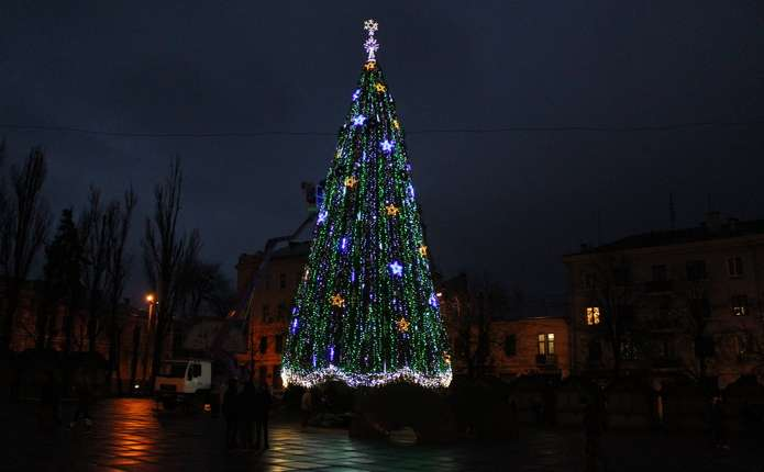 У Чернівцях на Соборній площі  вже прикрасили головну ялинку міста