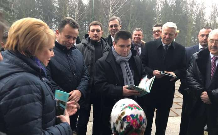 Поїздка міністрів до Чернівців розпочалася з візиту до Карапчівського ліцею