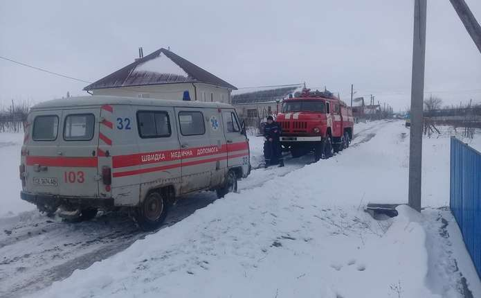 Вранці буковинські рятувальники витягували з кювету автомобіль швидкої