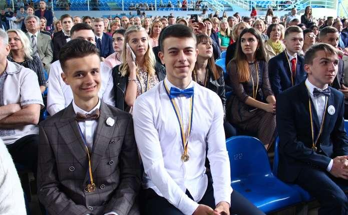 У Чернівцях  випусникам шкіл вручили золоті та срібні медалі