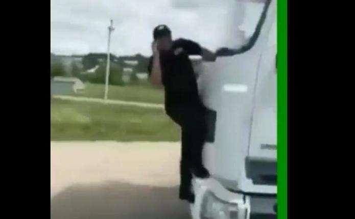 Під Чернівцями водій фури збив інспектора Укртрансбезпеки і віз його на капоті