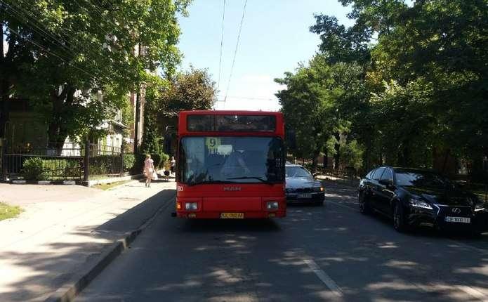 ДТП у Чернівцях  на вул. Руській автомобіль врізався в маршрутку ... 3a1f180b518a8
