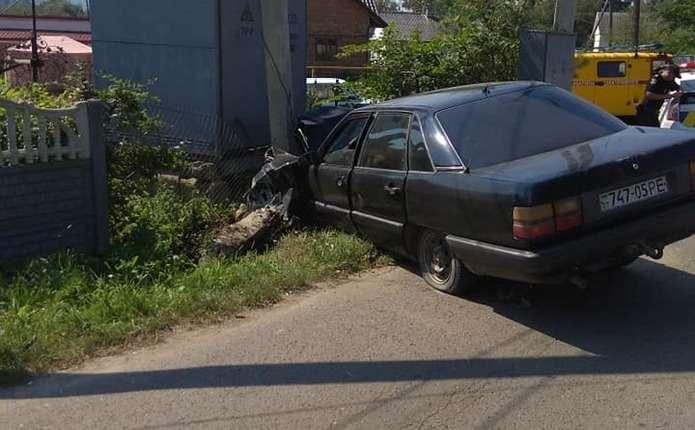 Водій на автомобілі збив у Чернівцях електроопору