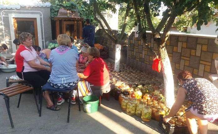 Волонтери із Заставни відправили на Схід домашню їжу та гуманітарну допомогу
