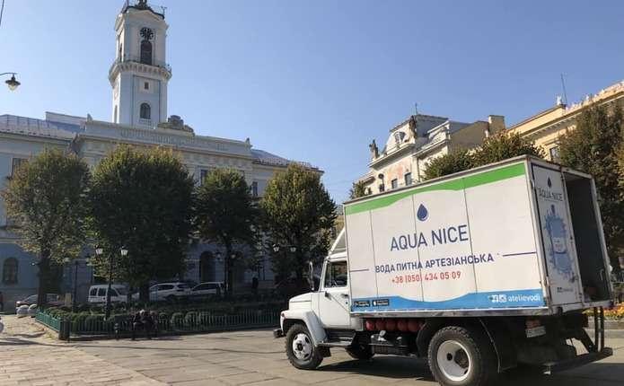 Для чернівчан, які залишилися без води, безкоштовно підвозять питну воду