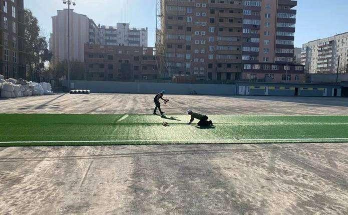 Настадіоні біля Кварцу у Чернівцях встановлюють штучне покриття