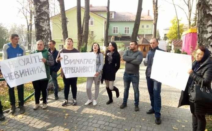 Пікет біля суду у Сторожинці: люди просять відпустити обвинувачених у вбивстві жінки