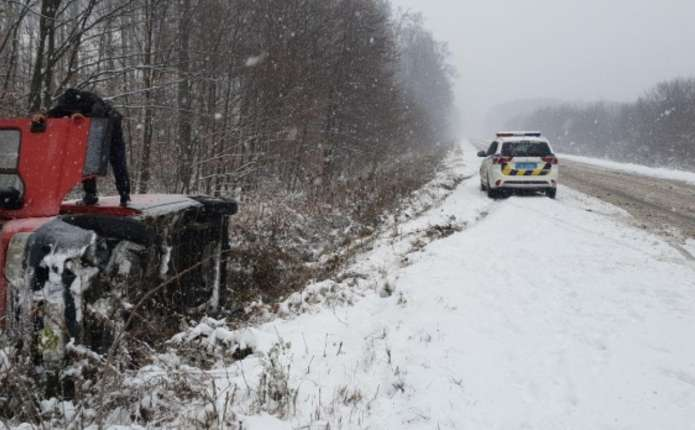 Через погані погодні умови ще дві автівки на Буковині з'їхали з дороги
