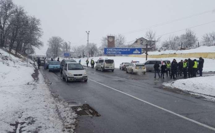 Власники євроблях перекрили міст на межі Чернівецької та Хмельницької областей
