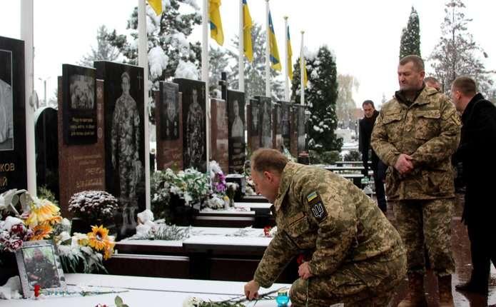 У Чернівцях поклали квіти до могил Героїв Небесної Сотні та воїнів АТО