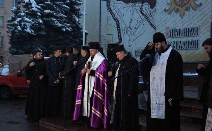 На Центральній площі Чернівців молилися за загиблих Героїв