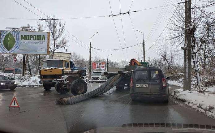 ДТП у районі Кемпінгу в Чернівцях  з причепа вантажівки випав вантаж ... ad21395969375