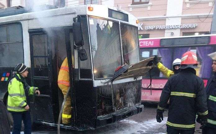 На Центральній площі у Чернівцях спалахнув тролейбус - Погляд ... 35beda6d6d1e5