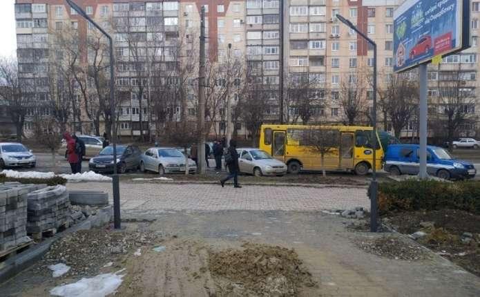 На вулиці Героїв Майдану у Чернівцях маршрутка в їхала у припарковані  автівки d055b6d74fa79