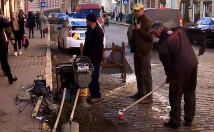 Режисер намагався самостійно латати ями на дорогах Чернівців ... 22d46216249ae