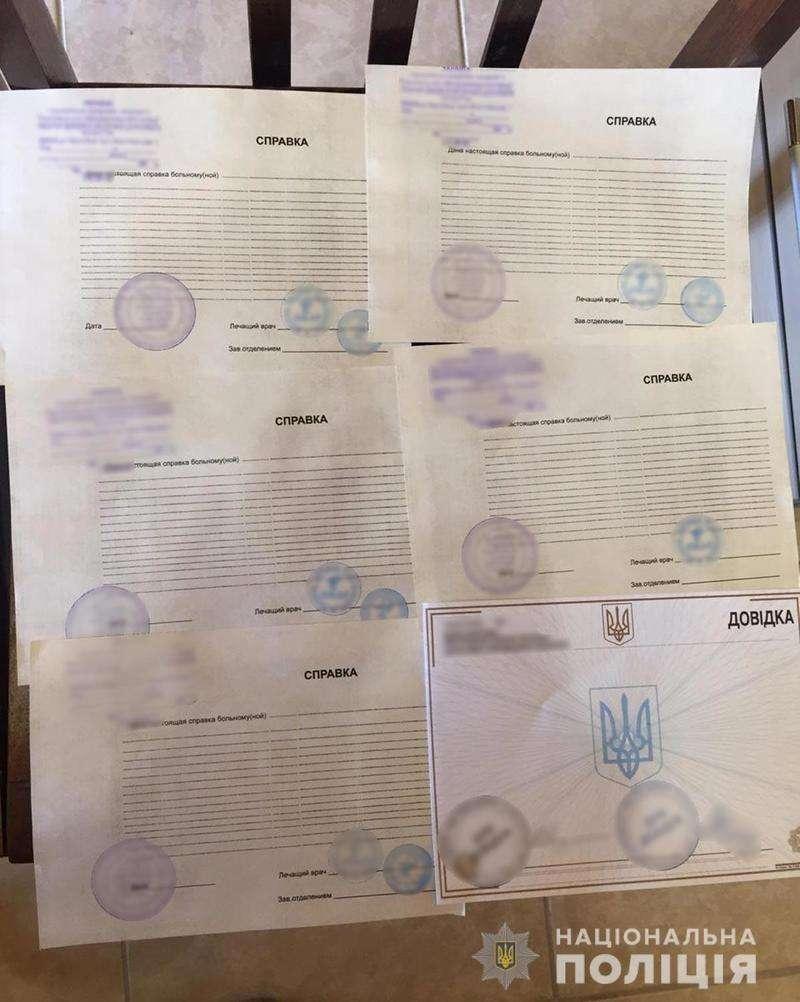 Працівник турфірми на Буковині за гроші обіцяв посприяти в отриманні румунського паспорта